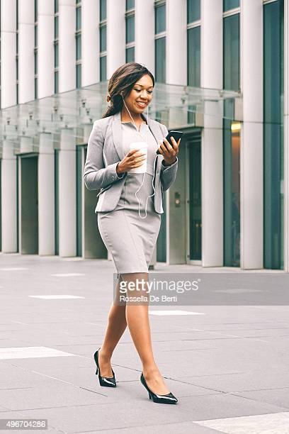 Porträt des erfolgreichen Geschäftsfrau während der Kaffeepause