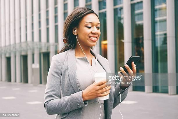 Portrait de femme d'affaires de succès pendant la pause-café