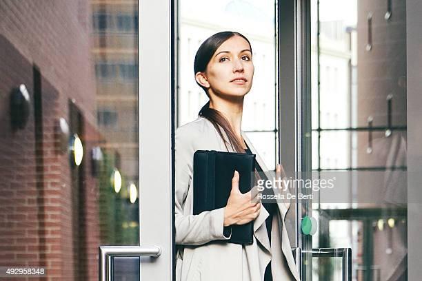 Porträt des erfolgreichen Geschäftsfrau In der urbanen Landschaft