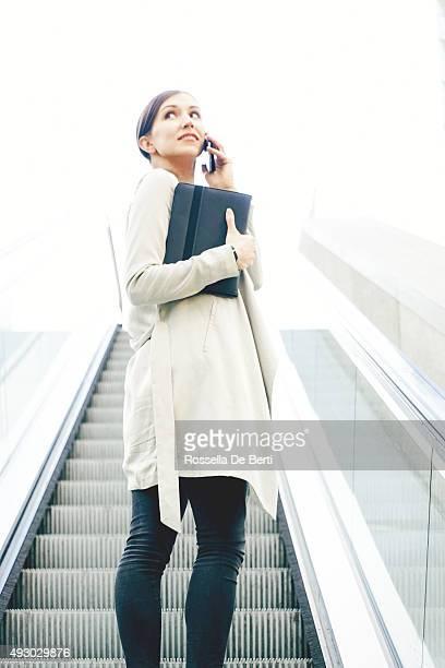 Retrato de Mulher de Negócios bem sucedido em ambiente urbano