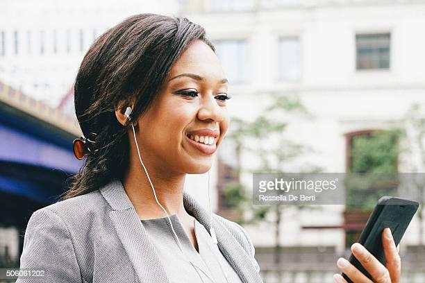 Ritratto di successo Donna d'affari utilizzando uno Smartphone all'aperto