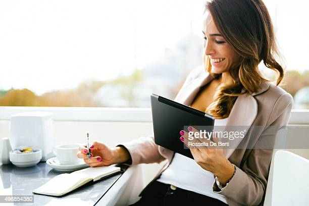 portrait of successful businesswoman working  at cafè - 30 39 jaar stockfoto's en -beelden