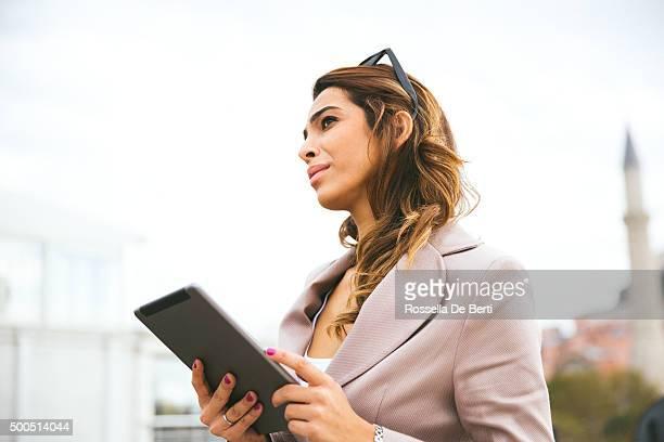 Porträt des erfolgreichen Geschäftsfrau Arbeiten im Freien