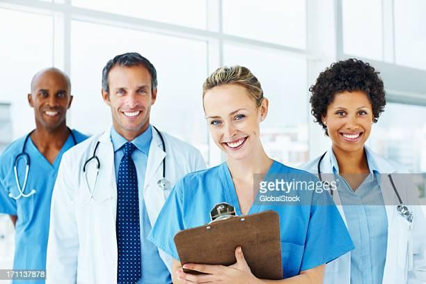 Portrait de réussie des médecins debout ensemble et souriant