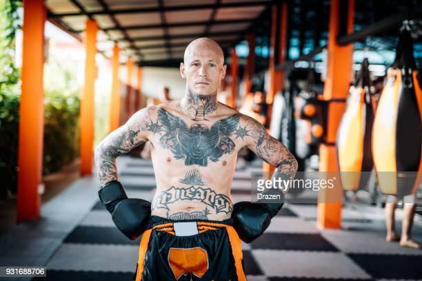 Portrait d'athlète d'arts martiaux réussi avec des tatouages