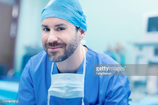 portrait of surgeon in operating room in hospital - enfermeiro imagens e fotografias de stock