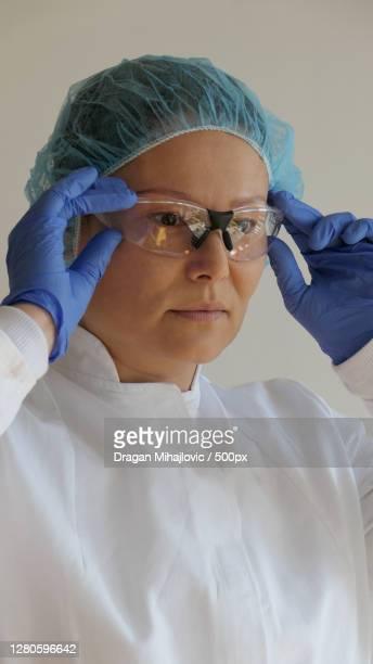 portrait of surgeon wearing surgical mask,serbien,serbia - serbien 個照片及圖片檔