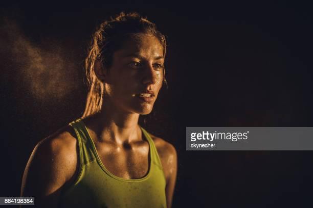 retrato de mulher atlética suado, olhando para longe. - suor - fotografias e filmes do acervo