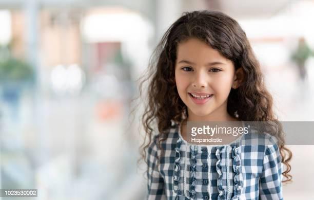 porträt von süßen 8-jährige mädchen blick auf die kamera zu lächeln - 8 9 jahre stock-fotos und bilder