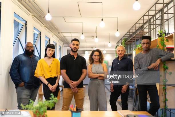 retrato del equipo en la oficina moderna - grupo mediano de personas fotografías e imágenes de stock