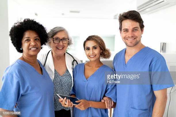 retrato do trabalho em equipe - médico e enfermeiros no hospital - enfermeiros - fotografias e filmes do acervo