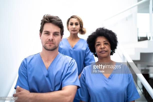 retrato do trabalho em equipe - enfermeiras no hospital - enfermeiros - fotografias e filmes do acervo