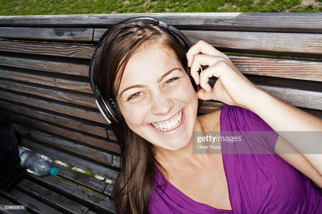 Portrait of teen (16-17) girl listening to music : Stockfoto