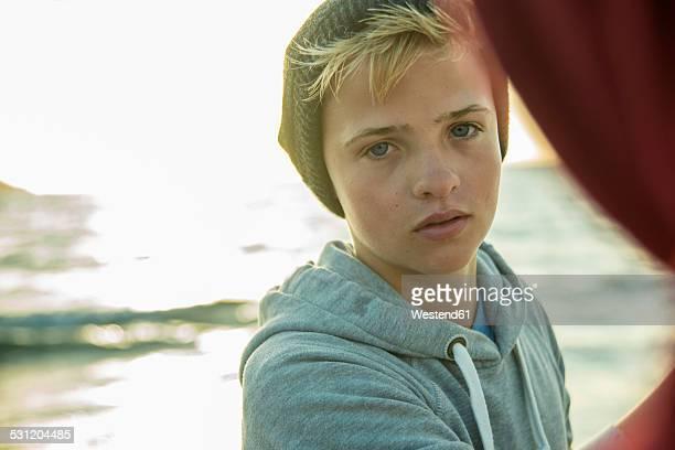 portrait of teenage boy standing on the beach - só meninos adolescentes imagens e fotografias de stock