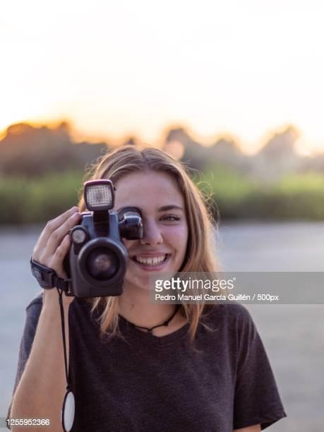 portrait of teenage girl holding camera - images fotografías e imágenes de stock
