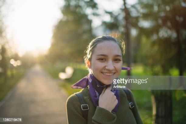 バンダナを覆う代替顔を身に着けている10代の少女の肖像画 - ゲートル ストックフォトと画像