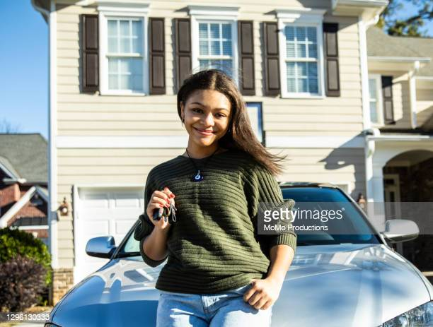 portrait of teenage girl with her first car - new jersey fotografías e imágenes de stock