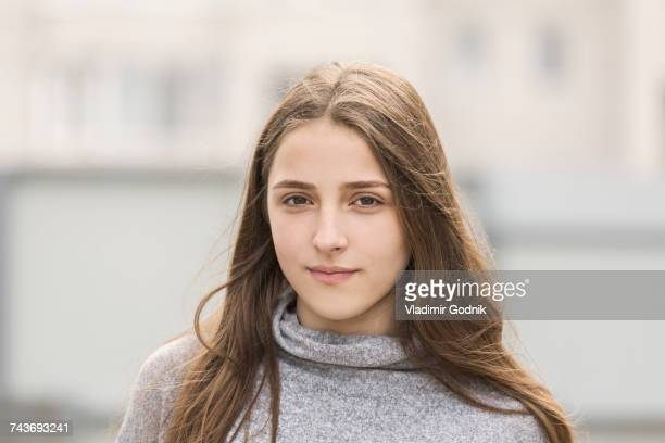 portrait of teenage girl with long brown hair - 16 17 ans photos et images de collection