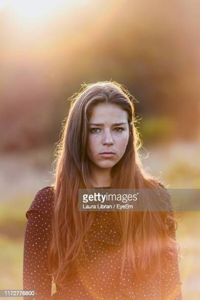 portrait of teenage girl with long hair - laura belli foto e immagini stock