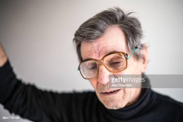 Portrait de l'homme senior actif âgé de 70 ans, ouvrier du bâtiment - plombier