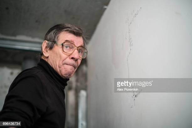 Portret van de 70-jaar-oud actieve senior man, bouwvakker - loodgieter