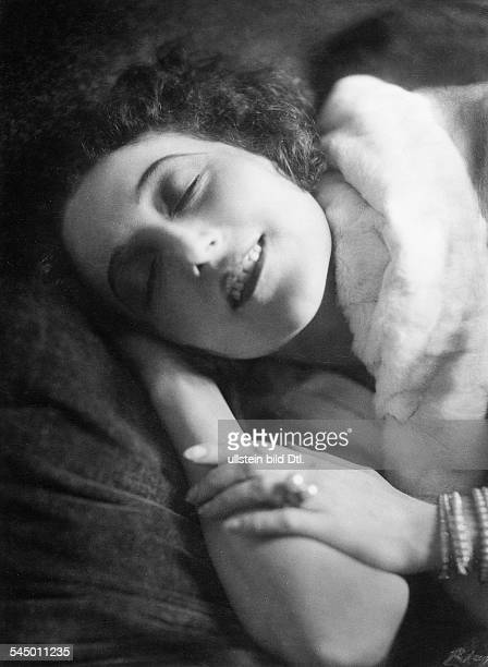 Portrait of the actress in a relaxing poseVintage property of ullstein bild
