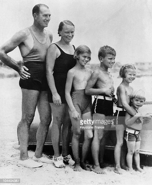 Portrait of the American actress Grace KELLY at the age of 5, with her father, the Olympic rowing champion John KELLY, her mother, brothers and...