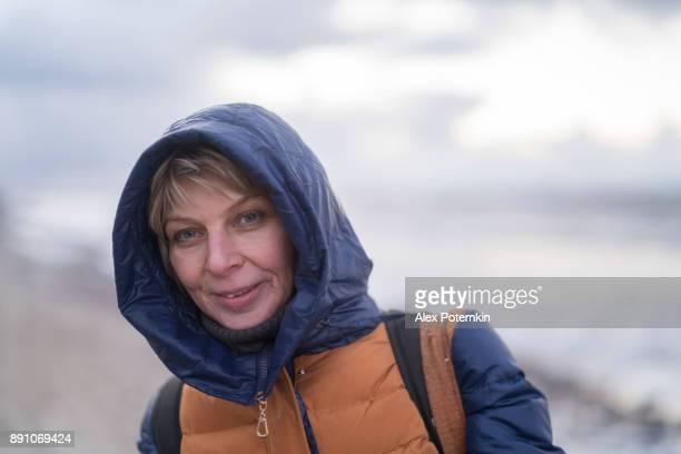 retrato de la mujer madura de 50 años atractivo - 50-59 years and women only fotografías e imágenes de stock