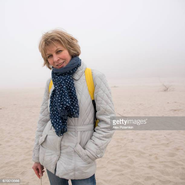retrato de la mujer de 50 años madura atractiva, alegre en la playa - 50-59 years and women only fotografías e imágenes de stock
