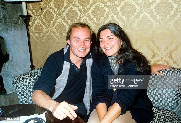 Portrait of the Austrian actor Klaus Maria Brandauer who sits at a table with his wife the Austrian director and screenwriter Karin Müller 1982