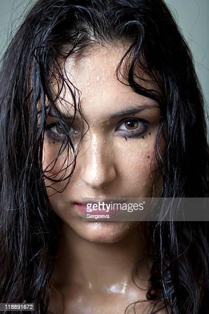 Retrato de la hermosa women0 con cabello mojado