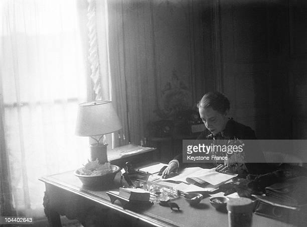Portrait of the designer Elsa SCHIAPARELLI in her office Paris