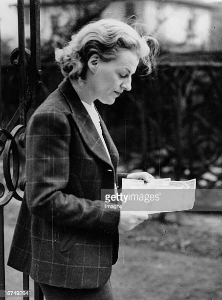 Portrait of the English actress Gracie Fields at her home at Finchley Road/London January 1st 1938 Photograph Portrait der englischen Schauspielerin...
