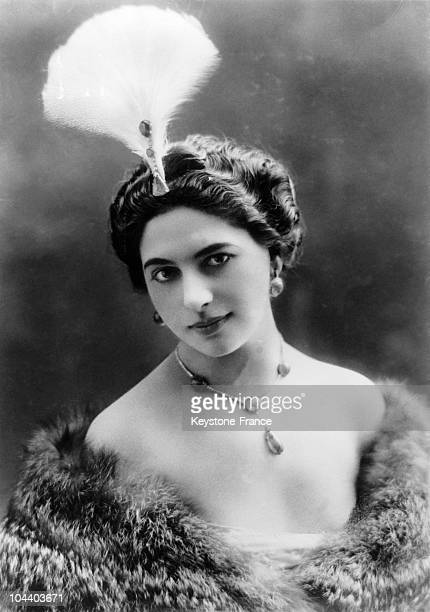 Portrait of the famous dancer MATA HARI wearing a feather hat around 1900 During World War I she was a suspect in a spying affair at the service of...