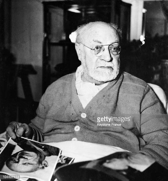 Portrait of the French painter Henri MATISSE holding a photograph of the Spanish artist Pablo PICASSO. That year, MATISSE won the grand prize of the...