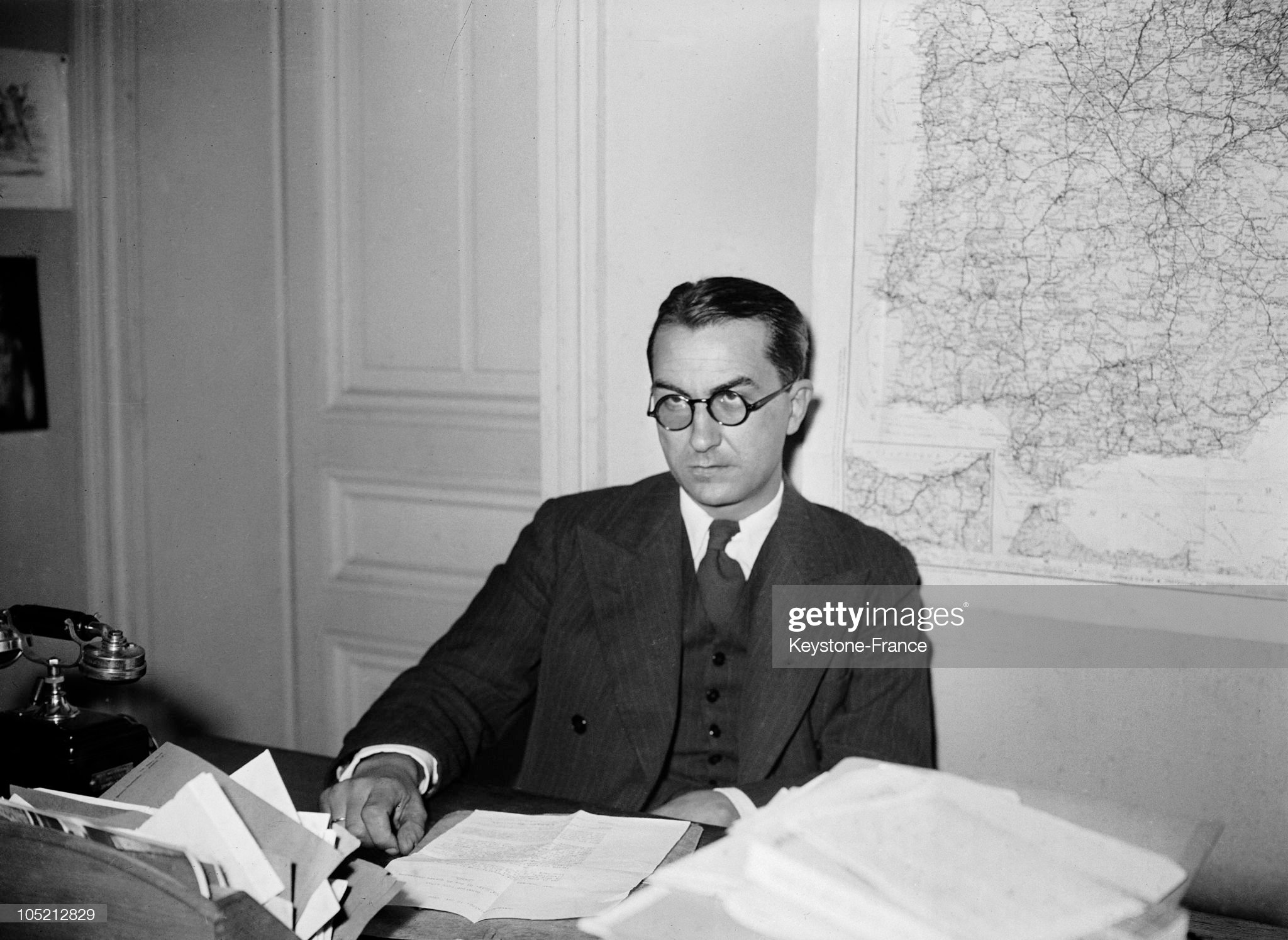 Paul Nizan At His Desk Around 1938 : Fotografía de noticias