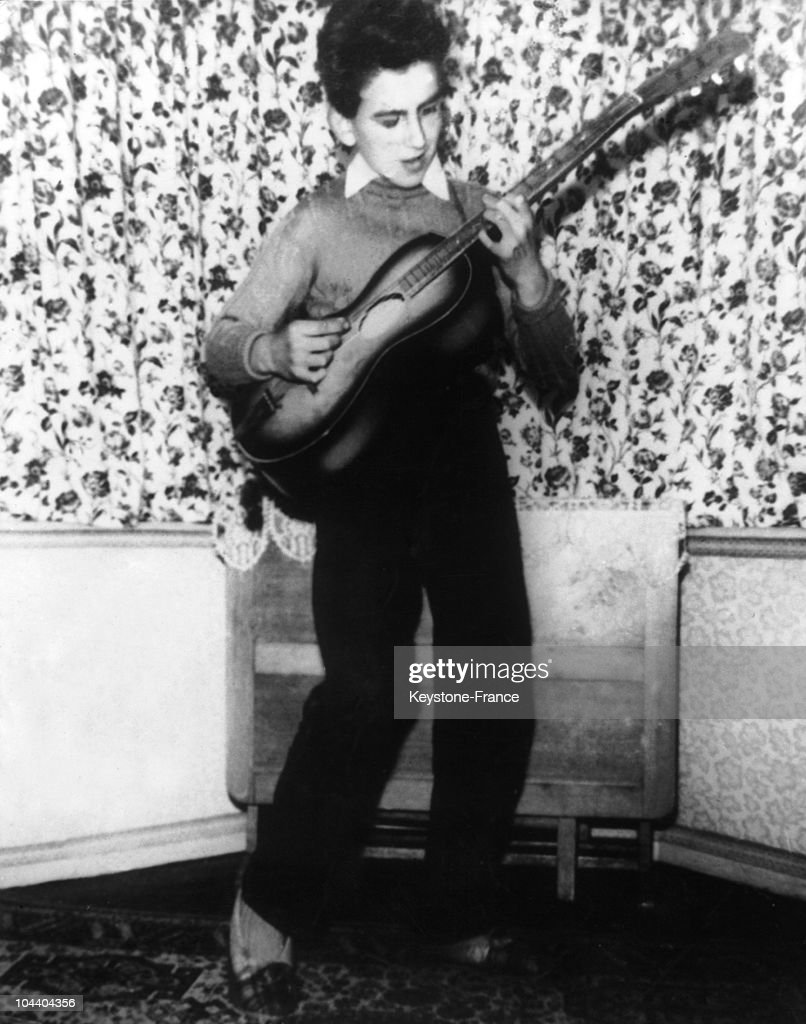 Portrait Of The Guitarist George HARRISON English Music Group BEATLES Playing