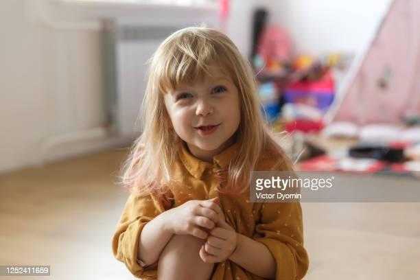portrait of the pretty little girl at home - petites filles photos et images de collection