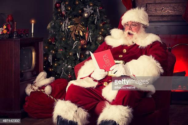 Retrato de Santa Claus Real de lectura de tarjeta de navidad