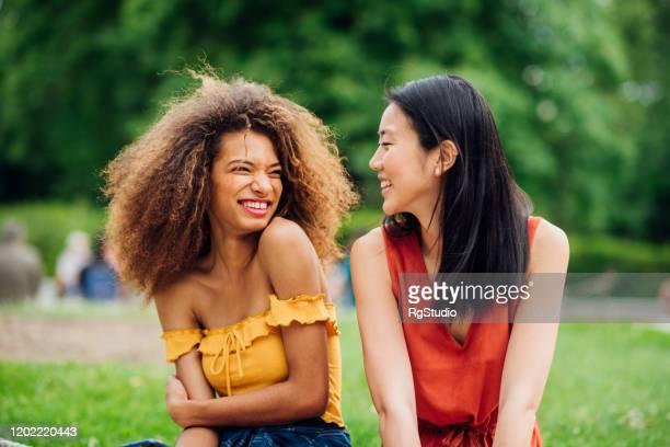 retrato das duas lindas meninas - dia internacional da mulher - fotografias e filmes do acervo