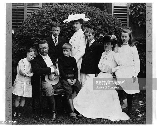 Portrait of Theodore Roosevelt and his wife Edith with their six children Quentin Theodore Jr Archie Alice Kermit and Ethel