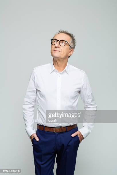 思慮深い上級ビジネスマンの肖像 - 白いシャツ ストックフォトと画像