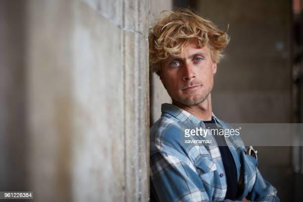 retrato do turista encostado na parede na cidade - olhos azuis - fotografias e filmes do acervo