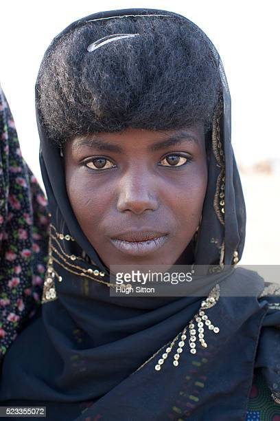 portrait of tribal woman in traditional clothing and - hugh sitton photos et images de collection