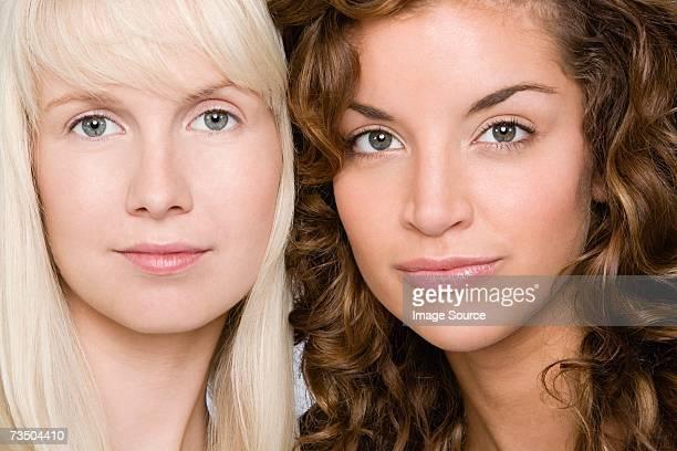 Ritratto di due giovani donne attraenti