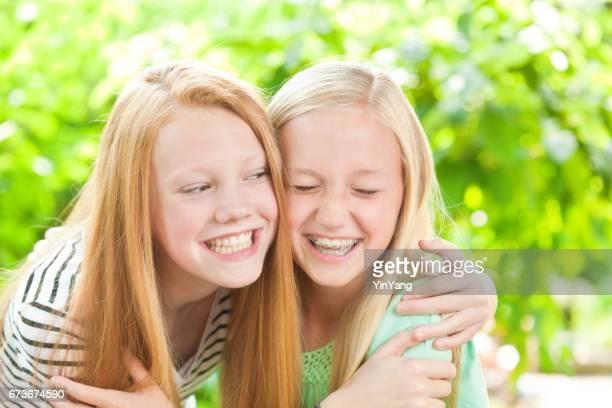 Porträt von zwei kaukasische Mädchen Lachen und Spaß