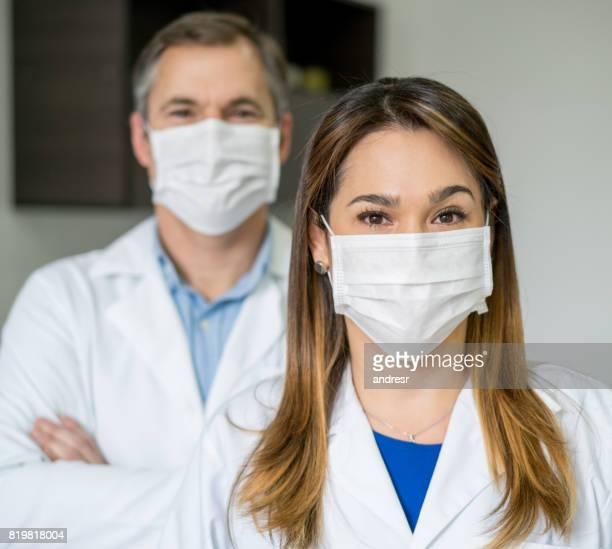 retrato de dois dentistas no escritório - mascara - fotografias e filmes do acervo