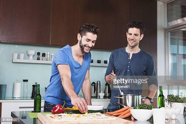 portrait of two friends cooking together - nur erwachsene stock-fotos und bilder