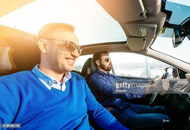 2 つのあるハンサムな男性のポートレート、お車の運転を