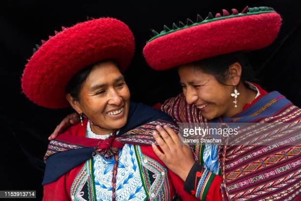 portrait of two local women who are close friends, in colourful, predominantly red, traditional local dress and hats, chinchero, sacred valley, peru (model releases) - cultura peruana fotografías e imágenes de stock